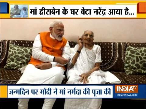 पीएम मोदी ने गांधीनगर में अपने आवास पर अपनी मां हीराबेन मोदी के साथ वक़्त बिताया