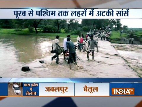 पूरब से पश्चिम तक भारी बारिश से जलमग्न हुआ आधा देश, कई राज्यों में बाढ़ जैसे हालात कायम