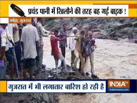राजस्थान में फ्लैश फ्लड में बाइक बही; गुजरात में बाढ़ के बाद नदी से बचायी गई लड़की