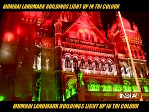 मुंबई में गणतंत्र दिवस के अवसर पर तिरंगे के रंग में रंगी इमारतें