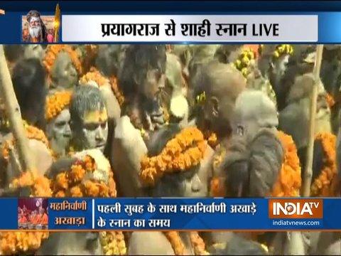 प्रयागराज: कुंभ मेले के पहले शाही स्नान के दौरान साधु-संतों ने संगम में लगाई डुबकी
