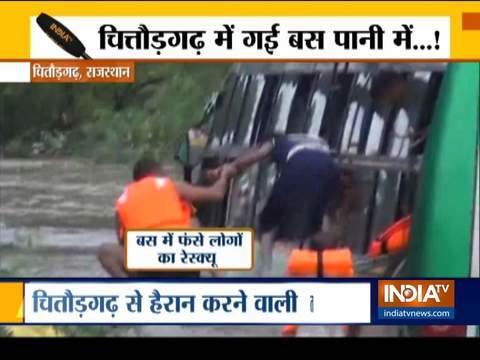 राजस्थान के चित्तौड़गढ़ में बाढ़ के पानी में फासी बस