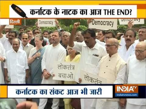 सोनिया गांधी, राहुल गांधी और आनंद शर्मा सहित कई कांग्रेस नेताओं ने संसद में गांधी प्रतिमा के सामने विरोध प्रदर्शन किया