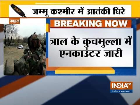 जम्मू-कश्मीर के पुलवामा में आतंकवादियों और सुरक्षा बलों के बीच मुठभेड़ जारी