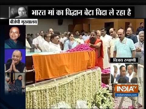 गुजरात के मुख्यमंत्री विजय रूपाणी ने पूर्व वित्त मंत्री अरुण जेटली को श्रद्धांजलि दी