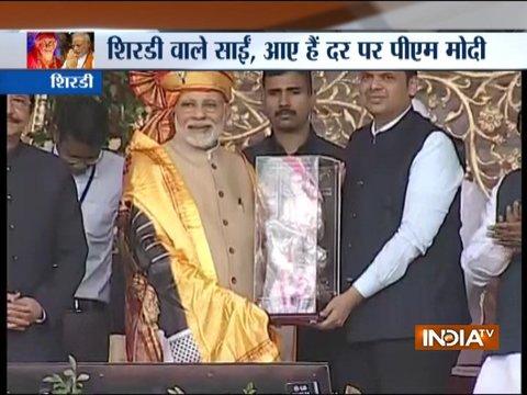 शिरडी: महाराष्ट्र के मुख्यमंत्री फडणवीस ने शॉल, पगड़ी और साईं की मूर्ति के साथ पीएम मोदी का सम्मान किया
