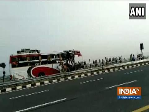 आगरा-लखनऊ एक्सप्रेसवे पर मैनपुरी के पास बस-ट्रक की टक्कर में 7 की मौत, 34 घायल