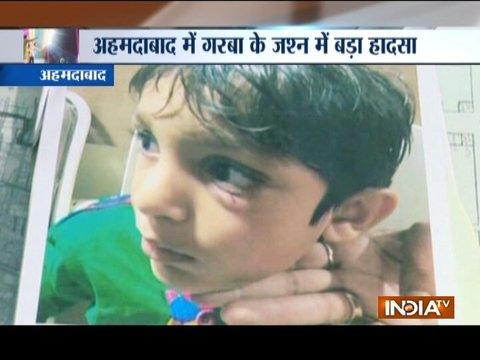 गुजरात: गरबा के स्टेज से आरजे की टीम द्वारा सीडी फेंकना बच्चे के लिए बना जानलेवा