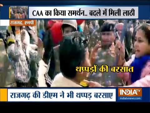 मध्य प्रदेश के राजगढ़ में CAA के समर्थन के दौरान एक प्रदर्शनकारी ने डिप्टी कलेक्टर के बाल खींचे