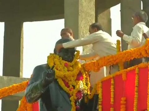 Jignesh Mevani's supporters stop BJP MPs from garlanding statue in Gujarat