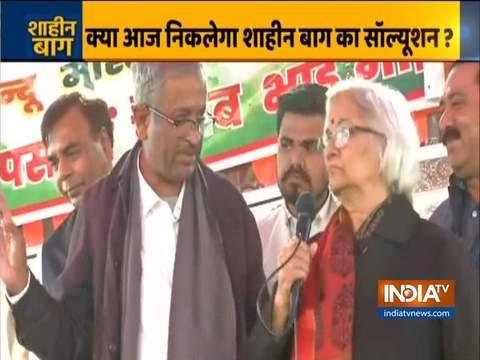 शाहीन बाग प्रदर्शनकारियों से बात करने पहुंचे संजय हेगड़े और साधना रामचंद्रन