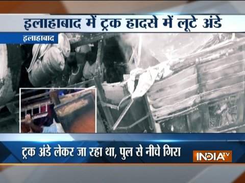 Uttar Pradesh: People steal eggs from accident-hit truck in Allahabad