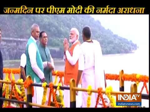 अपने 69वें जन्मदिन पर, पीएम मोदी ने केवडिया में सरदार सरोवर बांध पर पूजा-अर्चना की