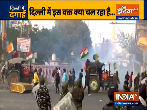 दिल्ली के पीरगढ़ी चौक पर किसानों ने पुलिस बैरिकेड तोड़े, पंजाबी बाग की ओर बढ़े
