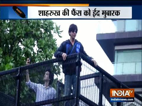 शाहरुख खान मन्नत के बाहर फैंस को ईद मुबारकबाद दी