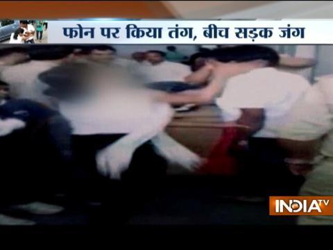 Moradabad: Girl thrashes eve-teaser in front of Police