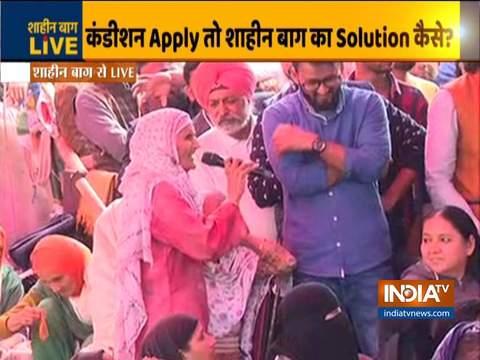 मध्यस्थ संजय हेगड़े, साधना रामचंद्रन शाहीन बाग प्रदर्शनकारियों से कर रहे हैं बातचीत