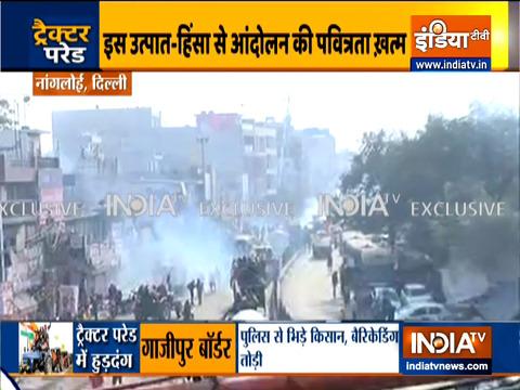 दिल्ली: नांगलोई इलाके में प्रदर्शनकारी किसानों पर पुलिस ने किया आंसू गैस के गोले इस्तेमाल