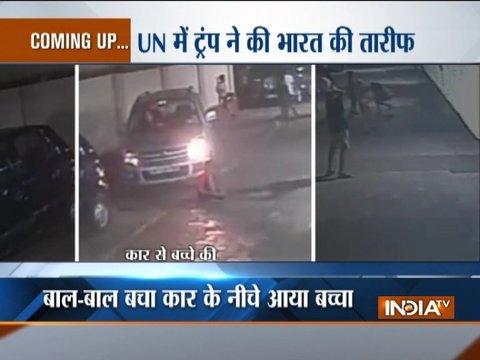 मुंबई में बाल-बाल बचा कार के नीचे आया बच्चा