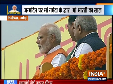 गुजरात: प्रधानमंत्री नरेंद्र मोदी ने सरदार सरोवर बांध पर पूजा-अर्चना की