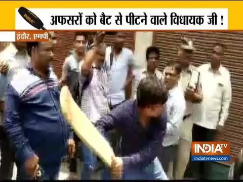 बीजेपी नेता कैलाश विजयवर्गीय के बेटे आकाश विजयवर्गीय ने अफ़सर को बैट से पीटा