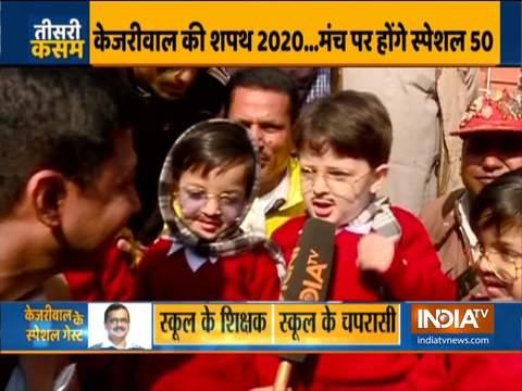 अरविंद केजरीवाल के रूप में तैयार बच्चों को रामलीला ग्राउंड में उनके शपथ समारोह से पहले देखा गया