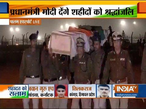 पुलवामा हमले में शहीद जवानों के पार्थिव शरीर दिल्ली लाया गया, पीएम मोदी देंगे श्रद्धांजलि