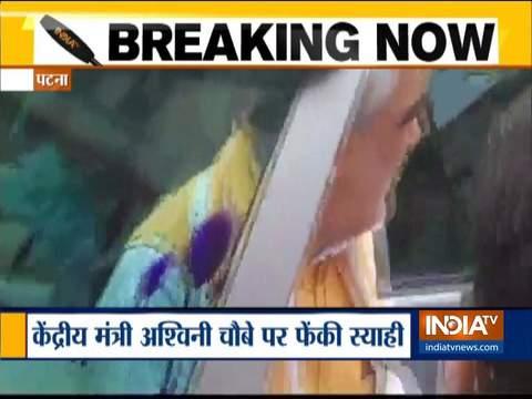 बिहार में केंद्रीय मंत्री अश्विनी चौबे पर एक शख्स ने फेंकी स्याही