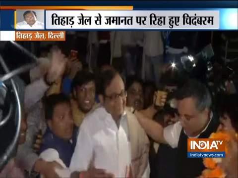 INX मीडिया केस: तिहाड़ जेल से रिहा हुए पी चिदंबरम, कांग्रेस कार्यकर्ताओं ने उनका जोरदार स्वागत किया
