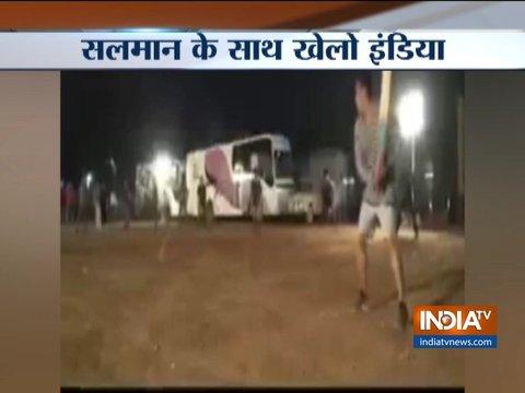फ़िल्म 'भारत' के सेट पर क्रिकेट खेलते नज़र आये सलमान खान, इंस्टाग्राम पर शेयर किया वीडियो