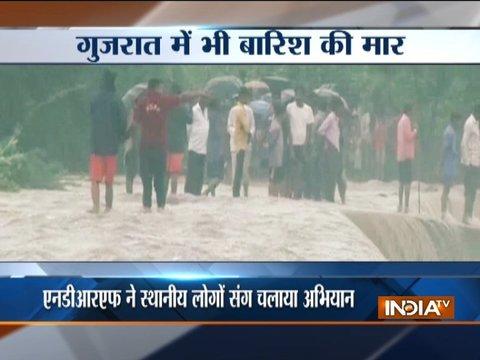 गुजरात में बारिश की मार, भारी बारिश से कई ज़िलों में बाढ़ जैसे हालात