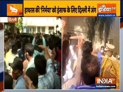 हाथरस गैंगरेप पीड़िता की मौत के बाद भीम आर्मी के कार्यकर्ताओं ने दिल्ली के अस्पताल के बाहर प्रदर्शन किया