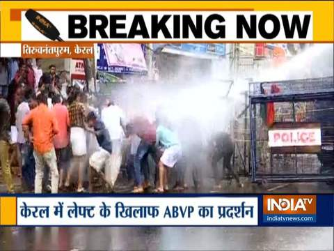 केरल के तिरुवनंतपुरम में विरोध प्रदर्शन कर रहे एबीवीपी कार्यकर्ताओं पर पुलिस ने वाटर कैनन का इस्तेमाल किया