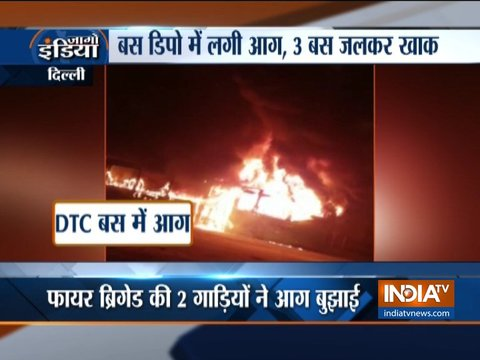 दिल्ली के बस डिपो में लगी आग, 3 बस जलकर खाक