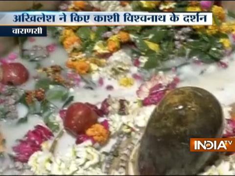 CM Akhilesh Yadav with wife Dimple Yadav offers prayers at the Kashi Vishwanath temple in Varanasi
