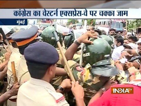 पेट्रोल-डीजल की कीमतों में बढ़ोतरी के खिलाफ मुंबई के पश्चिमी एक्सप्रेस राजमार्ग पर कांग्रेस कार्यकर्ताओं का विरोध प्रदर्शन
