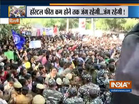दिल्ली: जेएनयू छात्रों की पुलिस के साथ धक्का-मुक्की, मंडी हाउस पर रोका गया मार्च