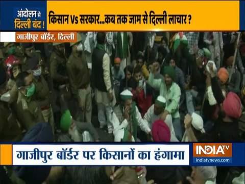 गाजीपुर सीमा पर राष्ट्रीय राजमार्ग -24 पर कृषि कानूनों के खिलाफ किसानों ने प्रदर्शन किया