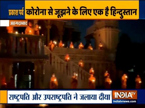 अहमदाबाद में स्वामीनारायण संस्थान के सदस्य ने दिया जलाकर प्रधानमंत्री मोदी की अपील का किया समर्थन