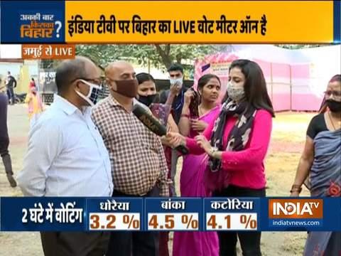 बिहार विधानसभा चुनाव 2020: मतदाताओं ने वोट डालने के लिए मतदान केंद्रों पर लगाई कतार