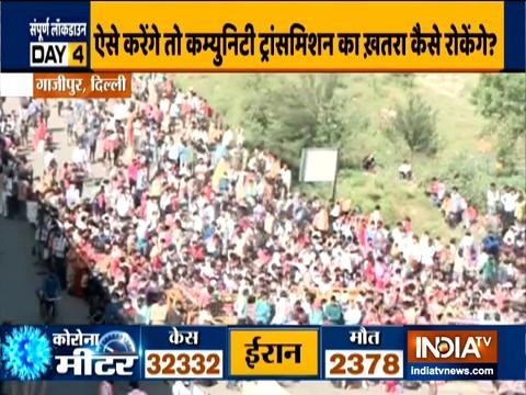 कोरोना वायरस महामारी: लॉकडाउन के दौरान घर लौटने के लिए दिल्ली-यूपी सीमा पर प्रवासियों की भारी भीड़ जमा हुई