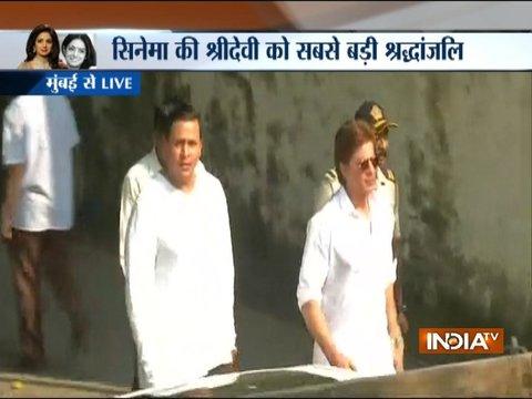 Sridevi funeral: Shah Rukh Khan, Prasoon Joshi arrive at Vile Parle Crematorium
