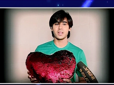 Sameer and Naina are exchanging love letters