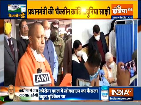 उत्तर प्रदेश: मुख्यमंत्री योगी आदित्यनाथ ने बलरामपुर अस्पताल में चल रहे वैक्सीनेशन का जायज़ा लिया