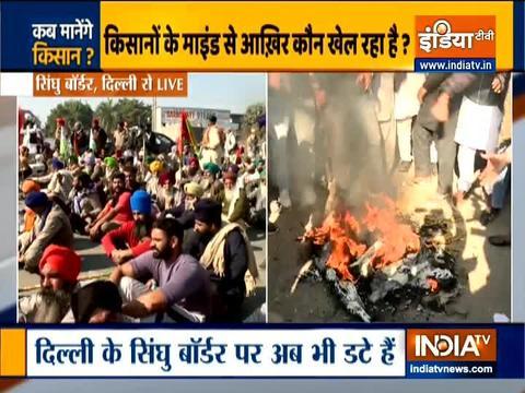 दिल्ली चलो मार्च: प्रदर्शनकारी किसानों ने सिंघू सीमा पर टायर जलाए