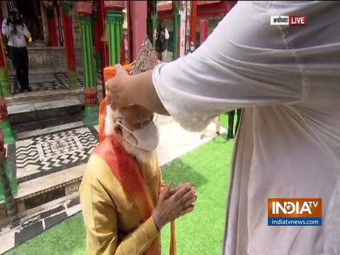 पीएम मोदी को हनुमान गढ़ी मंदिर के प्रधान पुजारी ने सिर पर चांदी का 'मुकुट' और स्टोल पहनाया