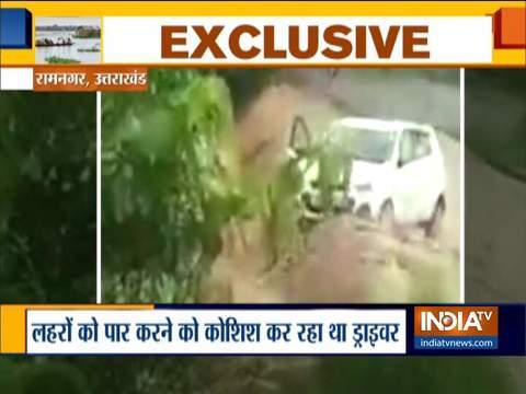 उत्तराखंड: रामनगर में बाढ़ में बह गई कार, यात्रियों की जान बची