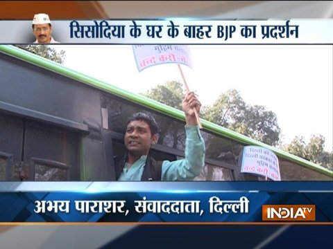 AAP workers protest outside HM Rajnath Singh's residence in Delhi