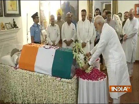 प्रधानमंत्री मोदी ने पूर्व पीएम वाजपेयी को उनके घर पर दी श्रद्धांजलि