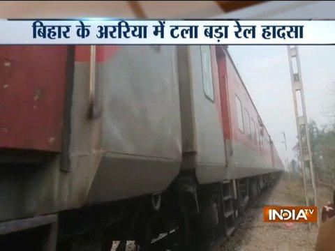 Bihar: Major accident averted after villagers spot broken track in Araria